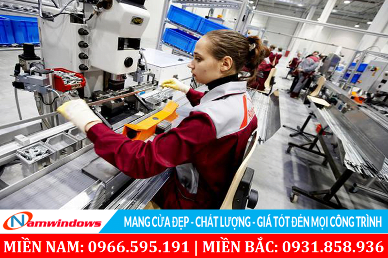 Hình ảnh làm việc trong một nhà máy sản xuất Roto