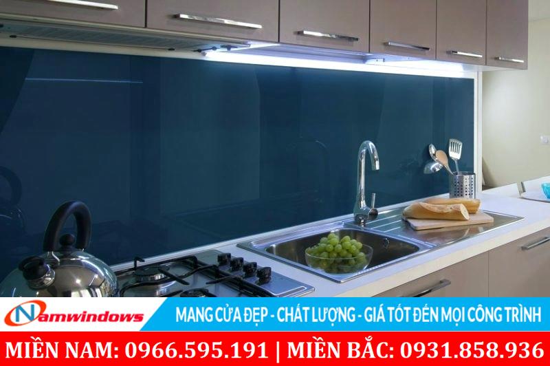 Kính trang trí nhà bếp màu xanh đen