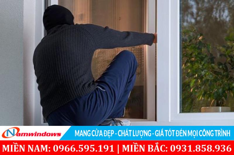 Chủ quan không làm khung bảo vệ cho cửa sổ