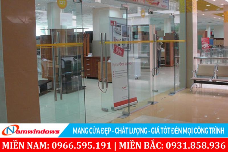 Cửa kính cho cửa hàng sử dụng khung nẹp nhôm và bản lề sàn