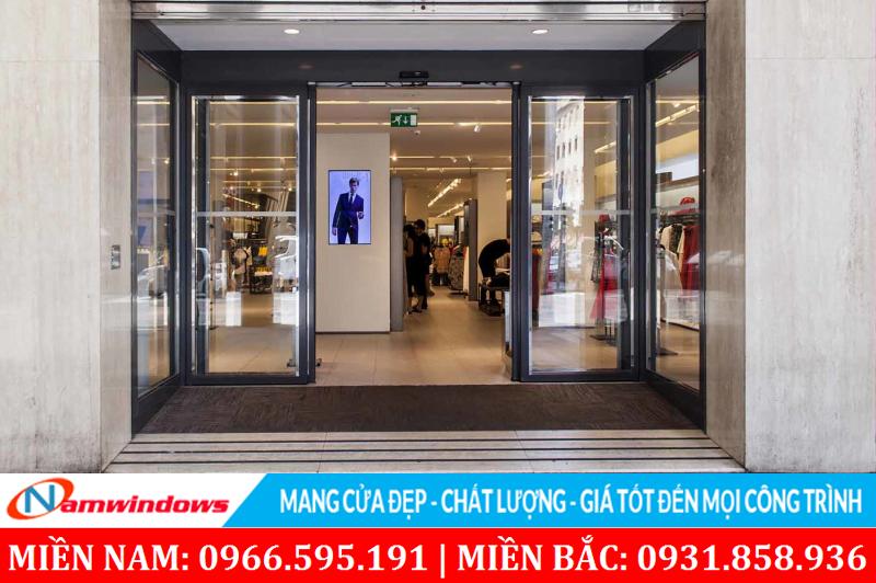 Shop thời trang sử dụng cửa kính khung nhôm tự động trượt mở