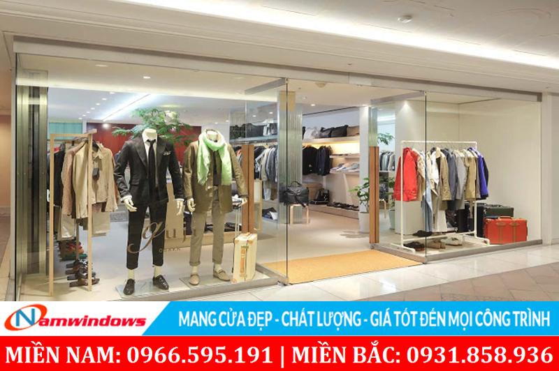 Mẫu cửa kính shop quần áo có mặt tiền rộng sử dụng khung nhôm