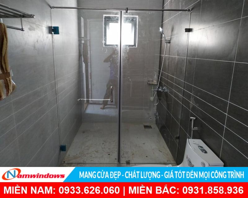 Phòng tắm kính đứng chia đôi nhà tắm đẹp