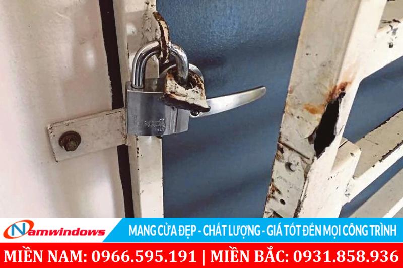Chỗ lắp khóa có độ dày mỏng thì ngay cả sắt cũng có thể bị phá hỏng