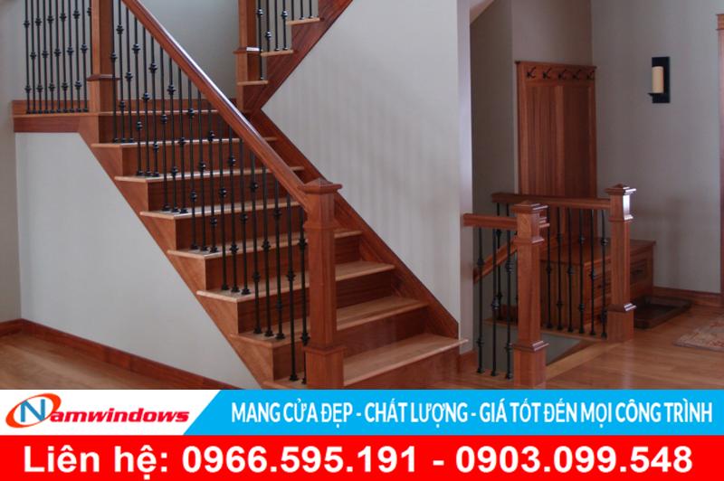 Một mẫu cầu thang gỗ toàn bộ sử dụng song sắt