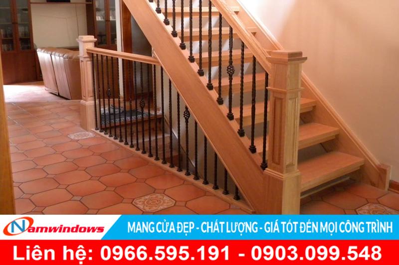 Mẫu cầu thang gỗ đẹp sử dụng song sắt