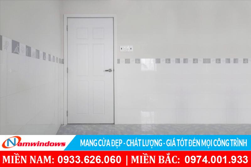 Một mẫu cửa nhựa nhà vệ sinh đẹp có màu trắng vân gỗ