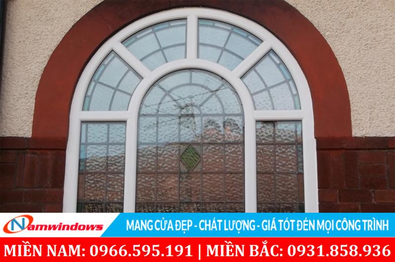 Mẫu cửa vòm đẹp dùng kính mở và khung bảo vệ chi ô bên trong