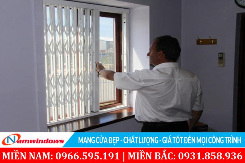 Làm khung bảo vệ cho cửa sổ, hoặc một lớp cửa bảo vệ cần thiết có thể thoát hiểm
