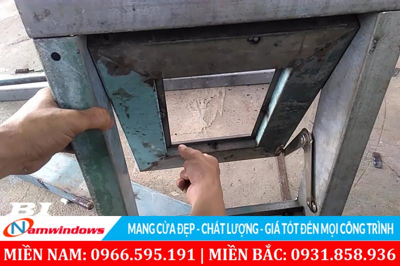 Cửa sổ hất bằng sắt
