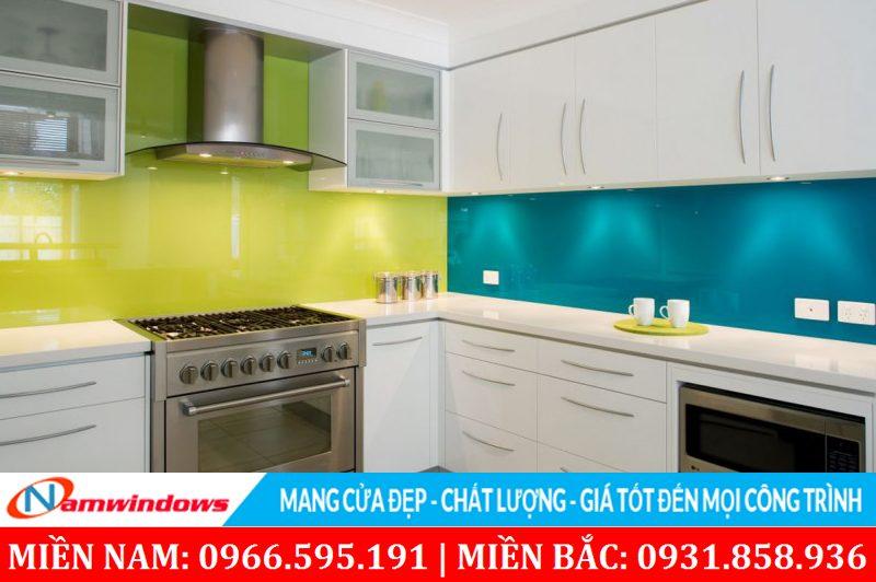 Kính sơn màu ốp tường nhà bếp