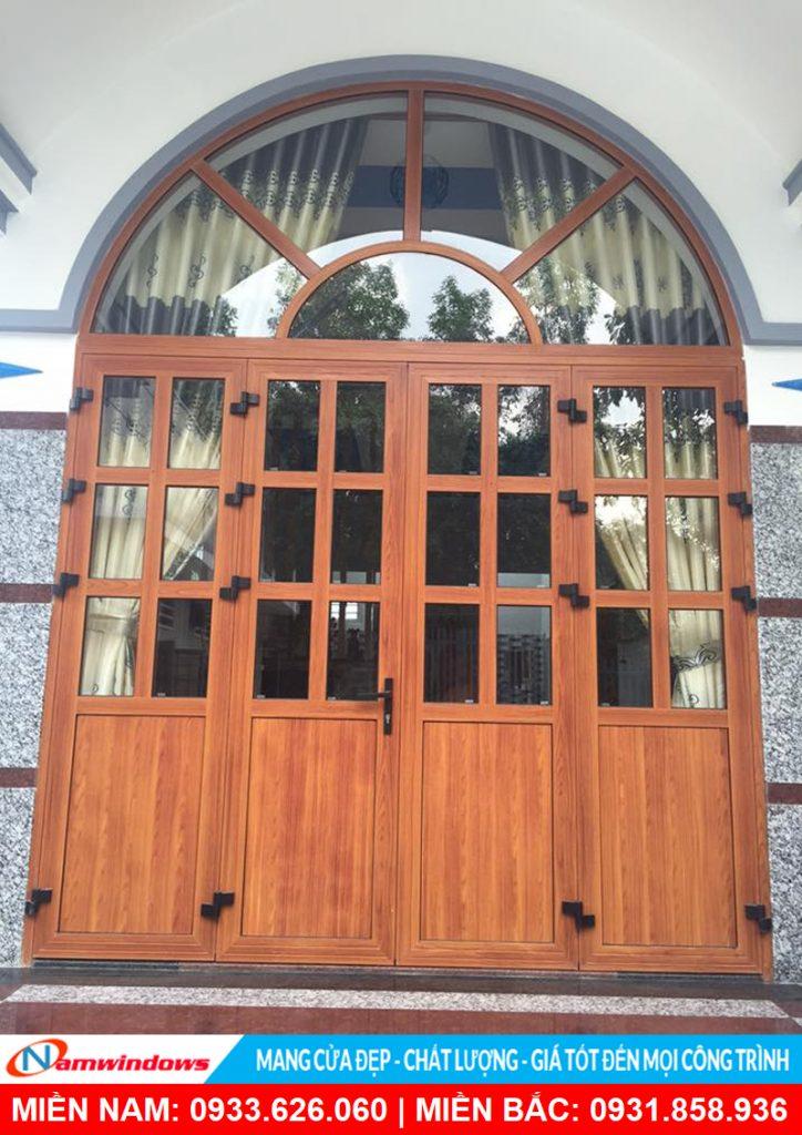 Cửa đi 4 cánh vòm nhôm xingfa vân gỗ chia đố
