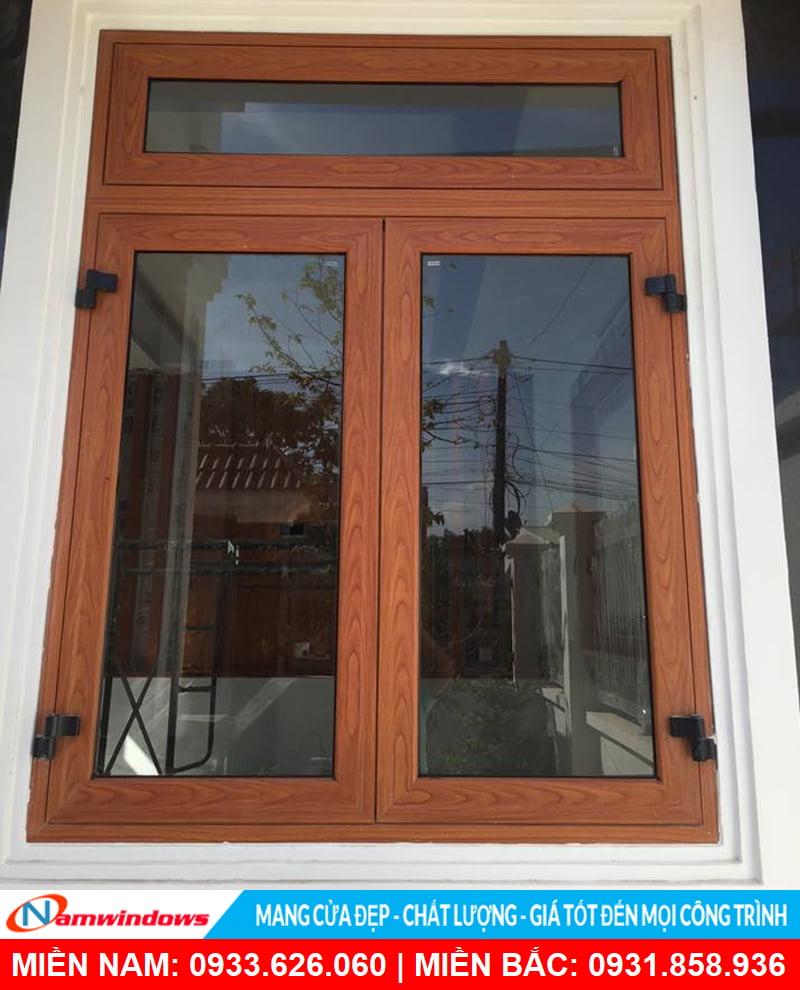 Cửa sổ mở quay 2 cánh nhôm xingfa vân gỗ