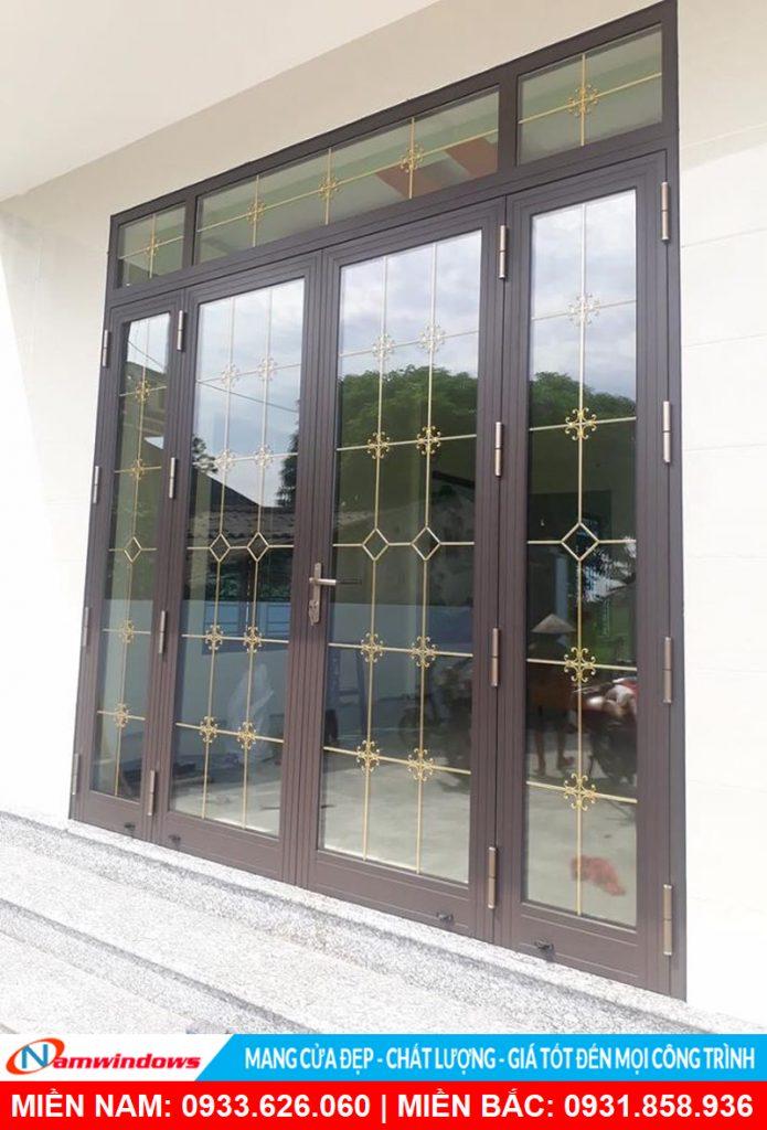 Mẫu cửa đi 4 cánh có nan nhôm trang trí