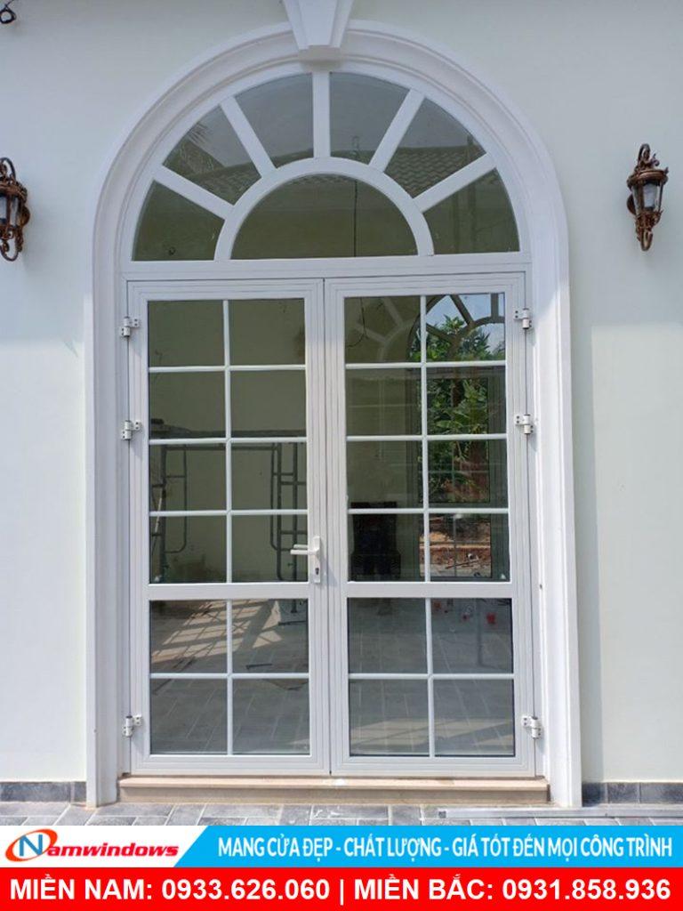Mẫu cửa đi 2 cánh có nan nhôm trang trí
