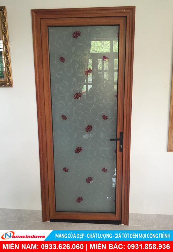 Mẫu cửa đi 1 cánh nhôm xingfa sử dụng decal hoa văn