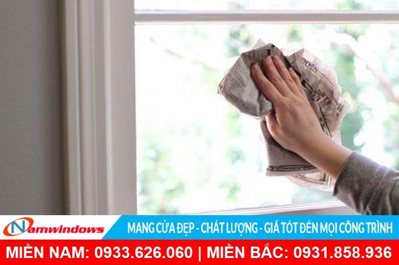 Không nên sử dụng giấy nhám quá cứng để vệ sinh kính cường lực