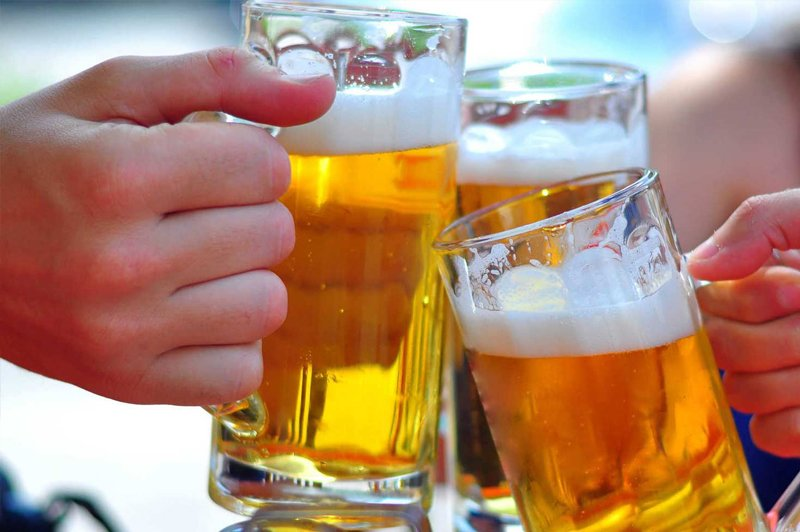 Bia rượu vệ sinh cửa kính tốt