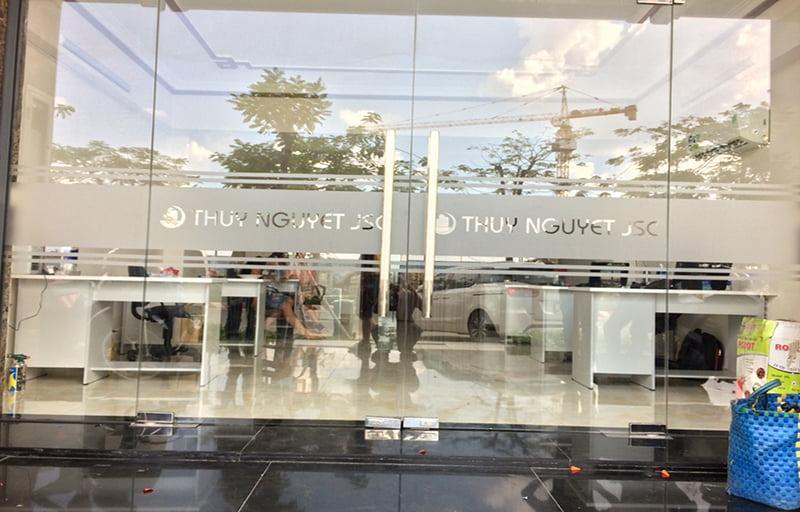 Decal dán cửa kính bản lề sàn