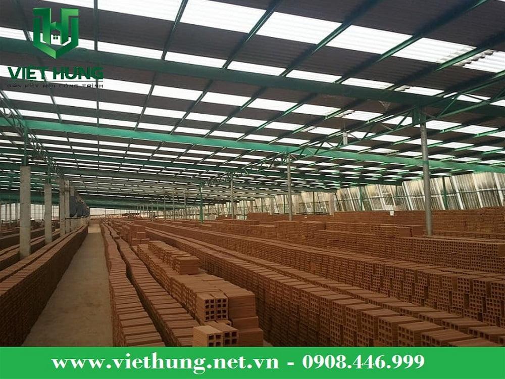 Sản phẩm tôn nhựa lấy sáng sợi thủy tinh Việt Hưng được sử dụng lợp lấy sáng nhà máy gạch Tuy Nen – Bình Định